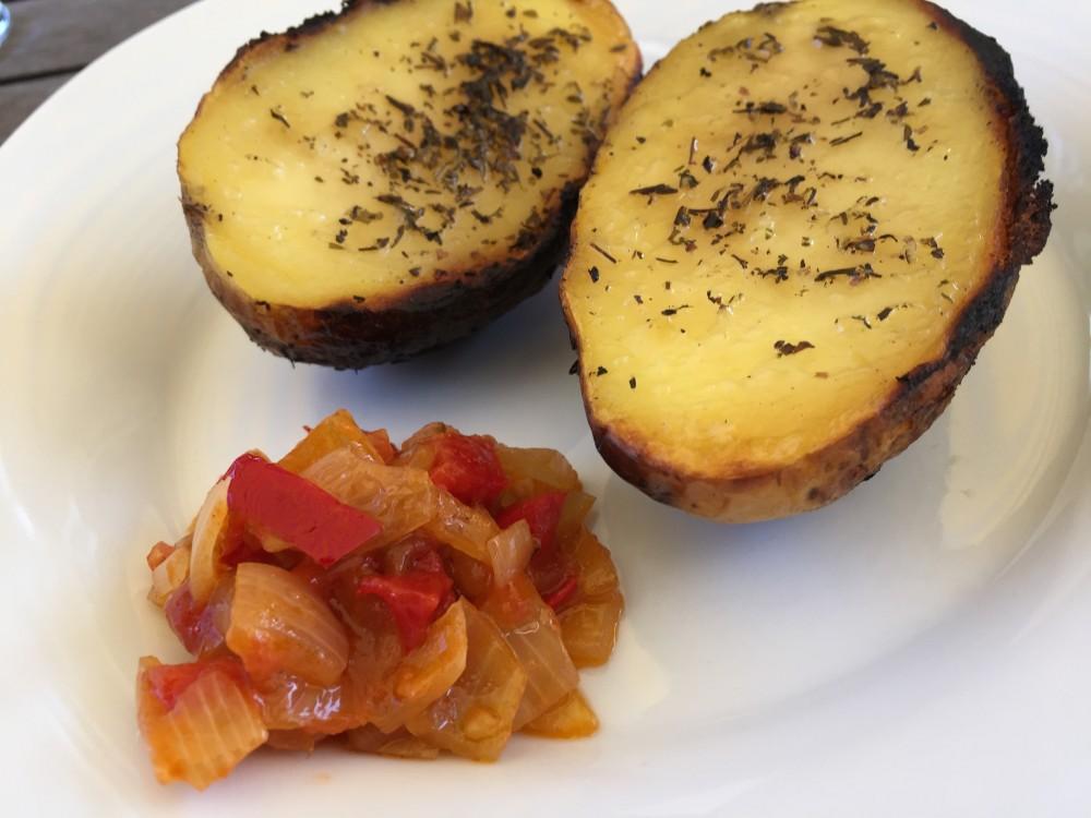 basische Folienkartoffel mit basischer Salsa