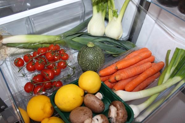 basische Ernährung: Lauch, Tomaten, Zitronen, Champignons, Karotten, Zucchini und Fenchel