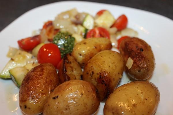 basisches Gemüsegericht mit Kartoffeln und mediterranem Gemüse