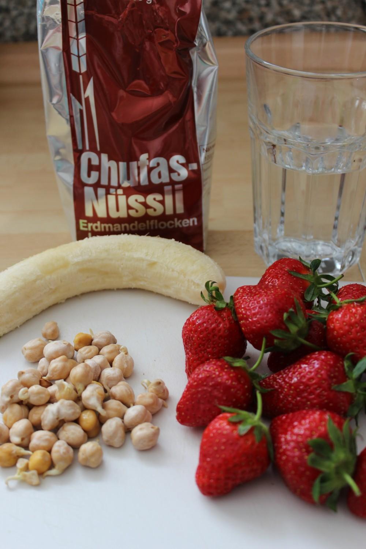 Alles basisch: Erdbeeren, Kichererbsenkeimlinge, Banane und Chufas-Nüssli