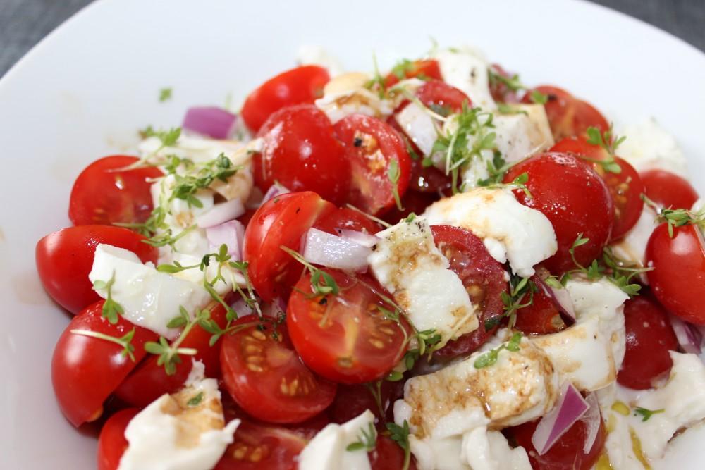 Salat mit Brunnenkresse, Tomaten und Büffelmozzarella
