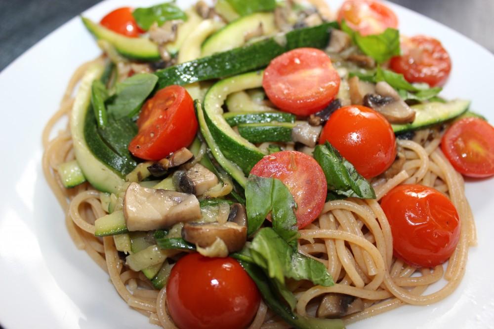 basenreich: Hirse-Zucchini-Spaghetti mit Pilzen und Tomaten