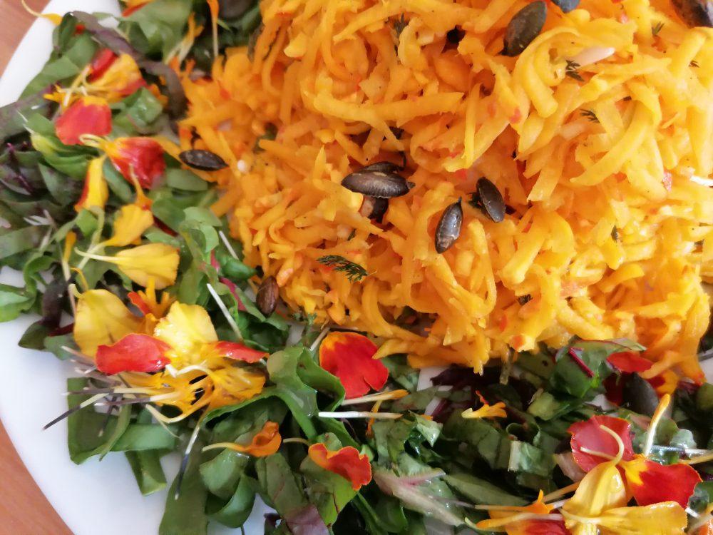 Geraspelter Kürbissalat mit Schafgarbe & gerösteten Kürbiskernen
