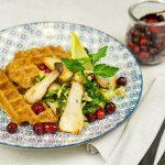 Kürbiswaffeln mit Kräuterseitlingen, Wirsing & Cranberries