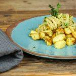 Petersilien-Kohlrabi mit Ofenkartoffeln