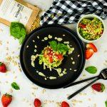Romanasalat mit Erdbeeren, Basilikum & Zedernüsse (4)