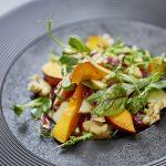 Gebratener Kürbis auf Wildkräutersalat mit Radicchio, Apfel, Walnüssen & Erbsensprossen