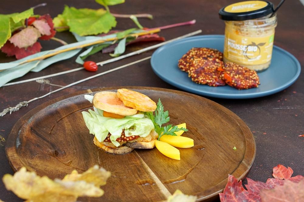 Süßkartoffel-Burger mit Rote Bete-Hirse-Bratling & gekeimtes Hummus