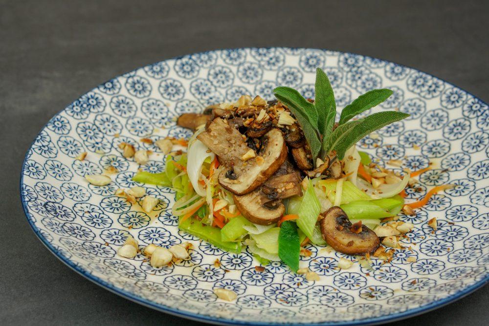 Zartes Lauchgemüse mit Champignons und Mandeln
