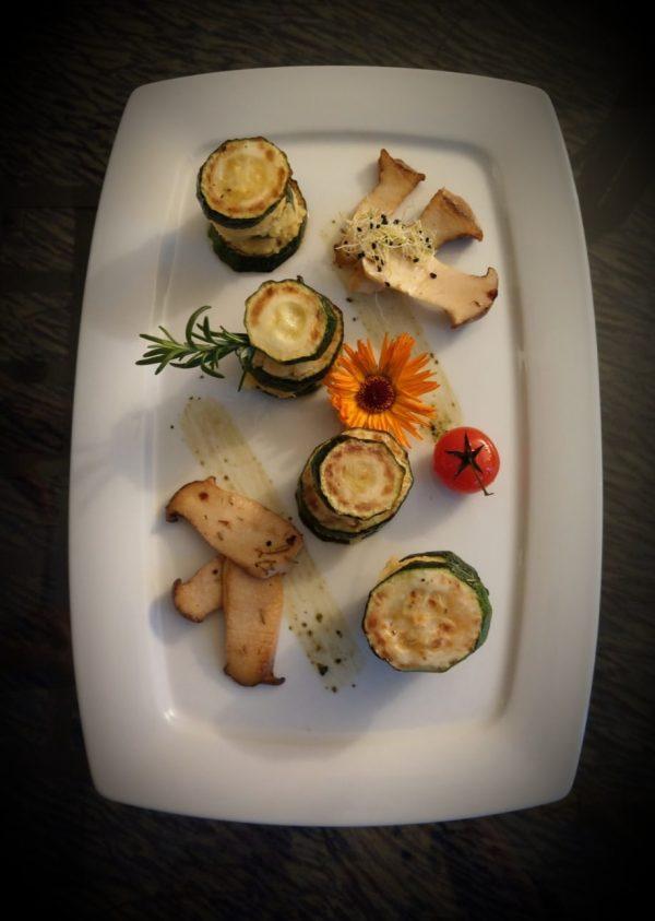 Zucchini-Türmchen  mit Kartoffelstampf und gebratenen Kräuterseitlingen