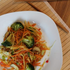 Asia-Gemüsenudeln mit Sesam