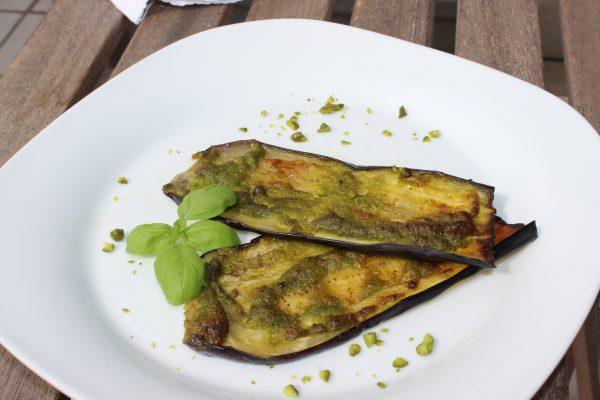 Gegrillte Auberginen-Steaks mit Pimientos-Pesto