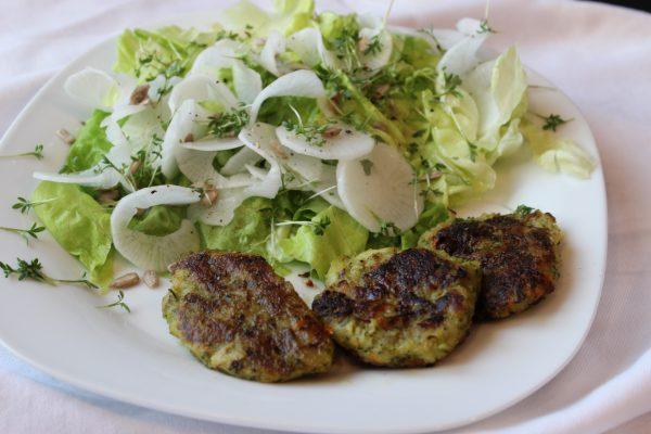 Brokkoli-Kartoffel-Laibchen mit Rettichspiralsalat