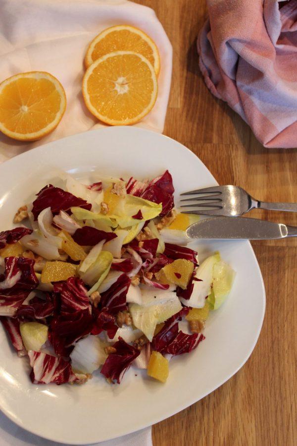 Chicorée -Radicchio-Salat mit Orangen und Nüssen