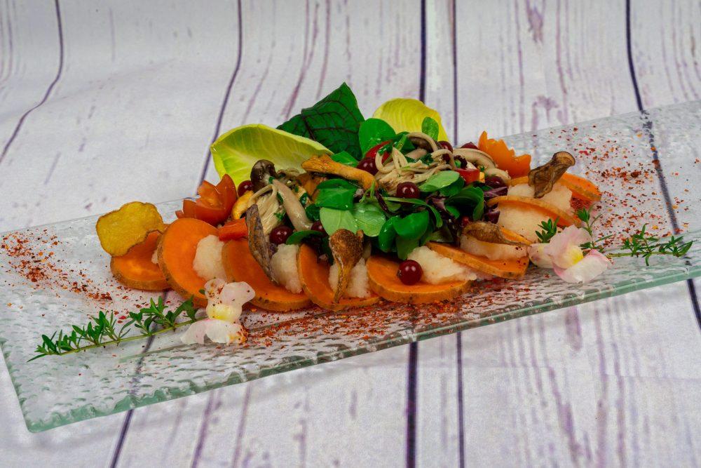 Gefüllte Süßkartoffelscheiben mit Petersilienwurzelpüree, gerösteten Pilzen und Blattsalat