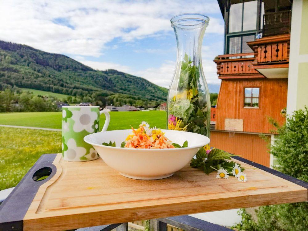 Karotten-Apfelsalat mit Rosinen und Wildblüten
