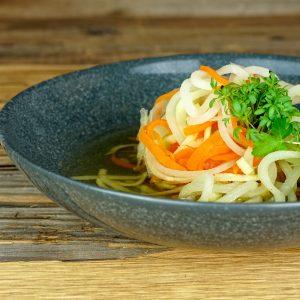 Klare Brühe mit gemischten Gemüsespaghetti