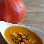Kürbis-Curry-Suppe mit karamellisierten Croutons