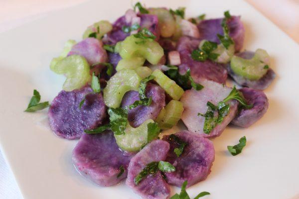 Lila Kartoffelsalat mit Bleichsellerie an frischer Petersilie