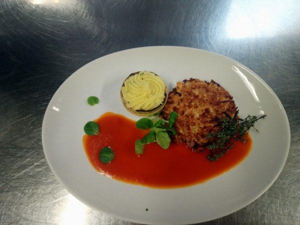 Sellerieschnitzel mit Mandelkruste, Kartoffel-Püree und fruchtiger Tomatensoße