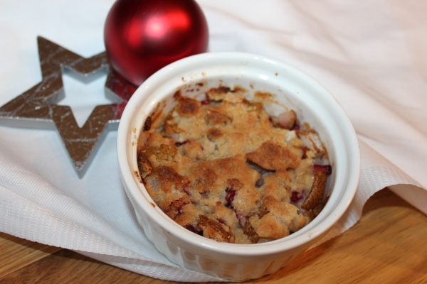 Winterlicher Birnen-Apfel-Crumble mit Granatapfelkernen